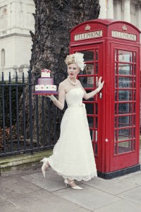 52-telephone-box-england-cake-bride-wedding-dress-fascinator